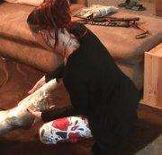 Folierung der Sissy in Unterwäsche