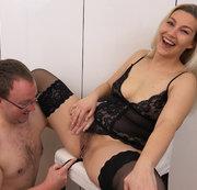Zum ersten Mal mit Analplug im Arsch gefickt