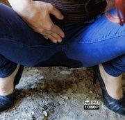 Outdoor auf sexy dunkelblaue Jeans gepisst