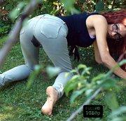 Verstecke mich im Garten neben meinen Nachbarn und pisse auf meine Jeans