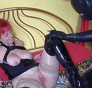 Ich will nur die Sklaven Ficksahne,also spritz mir auf die Stiefel!