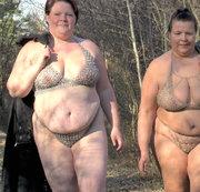 Lesben laufen in Dessous im Wald