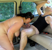 Blasen mit Tittenfick im Auto