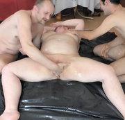 2 Kerle bringen beim Fingern Fotze zum Squirten