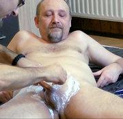 zwei Kerle rasieren sich gegenseitig 1