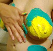 Fingerfarben auf Titten und Arsch